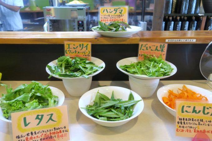 那覇・前島「いしぐふー前島店」では+100円で島野菜のしゃぶしゃぶが食べ放題になる。