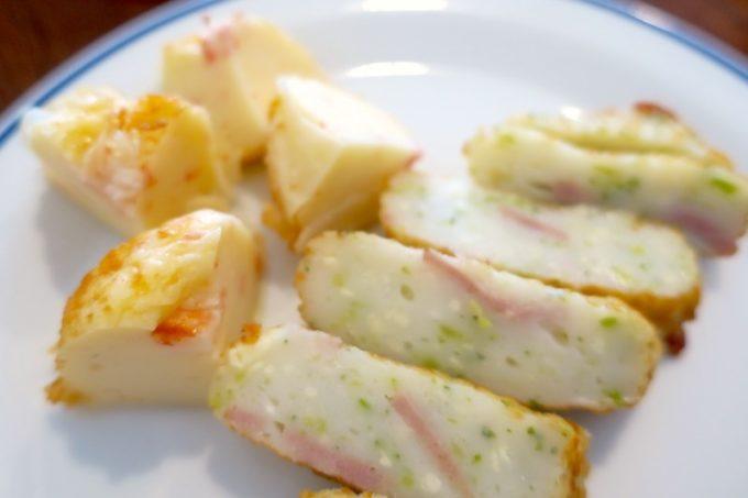新千歳空港「かま栄」のカニしゅうまい(194円)とお好み揚(172円)を食べやすくカット。