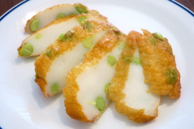 新千歳空港「かま栄」のえだ豆揚(194円)を食べやすくカット。