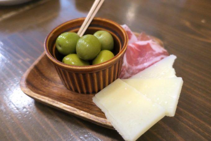 宜野湾「加藤食堂」のお通し(オリーブ、サラミ、パルミジャーノレッジャーノ)が最高によろしい。