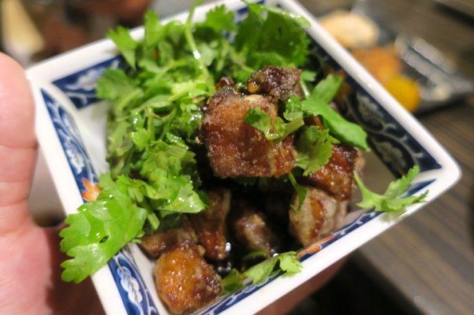 那覇・栄町「野菜の酒場 クサワケ」ミミガーの唐揚げパクチー(500円)