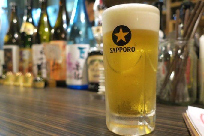 那覇・栄町「野菜の酒場 クサワケ」のビールはサッポロ黒ラベル(中ジョッキ450円)