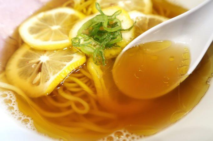 宜野湾「ラブメン本店」レモンの塩そば(700円)のあっさりスープ