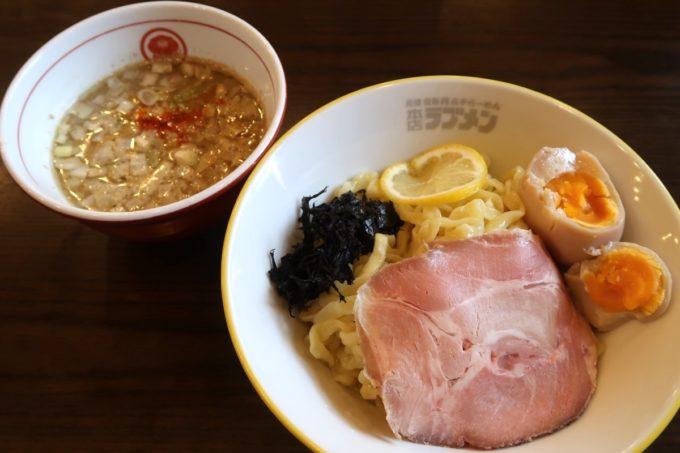 宜野湾「ラブメン本店」特濃煮干つけ麺(850円)に熟成くろ味玉(+100円)をトッピング