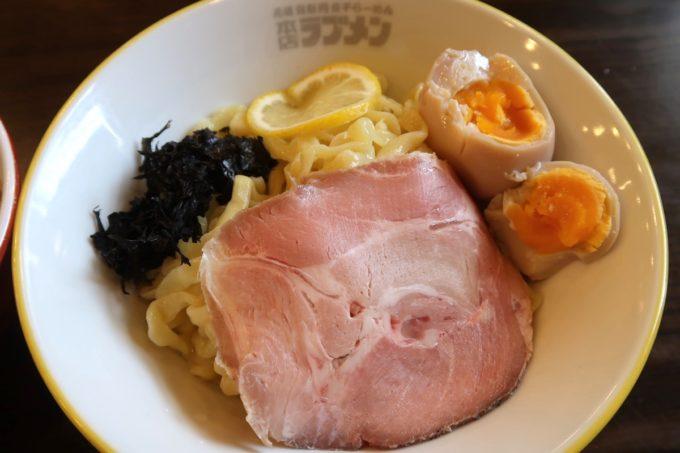 宜野湾「ラブメン本店」特濃煮干つけ麺(850円)の麺の丼にはチャーシューと岩のりが乗せられていた