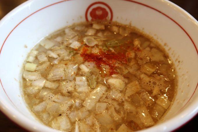 宜野湾「ラブメン本店」特濃煮干つけ麺(850円)のつけダレにはみじん切りタマネギ