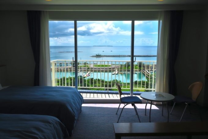 本部町「マリンピアザオキナワ」の客室(和洋室)からの眺め。