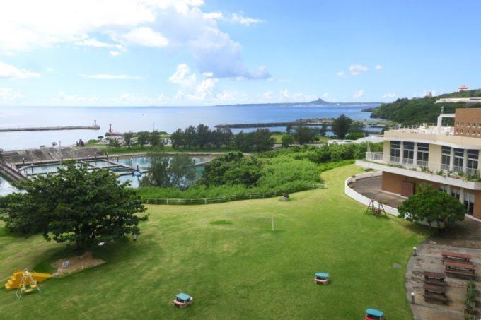 本部町「マリンピアザオキナワ」4階からの眺め(右側に伊江島)。