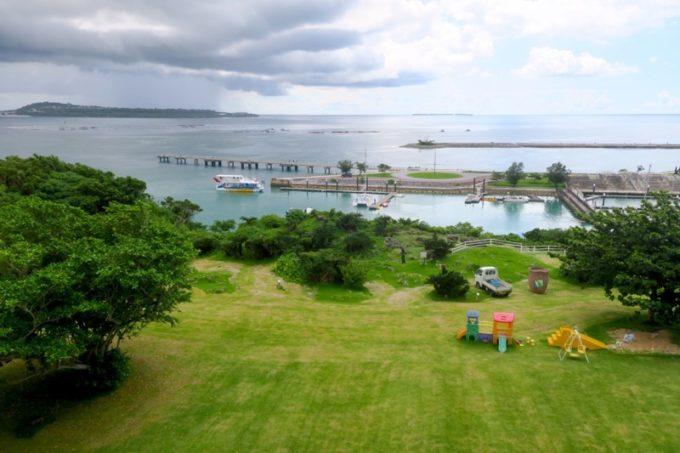 本部町「マリンピアザオキナワ」4階からの眺め(左側に瀬底島)