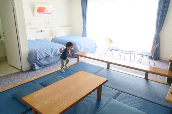 本部町「マリンピアザオキナワ」客室(和洋室)のオキナワンブルーの畳で遊ぶお子サマー。