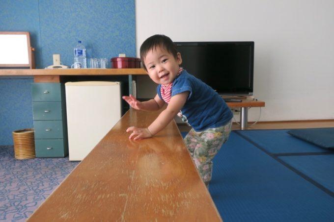 本部町「マリンピアザオキナワ」客室(和洋室)の仕切り板が気に入ったお子サマー。