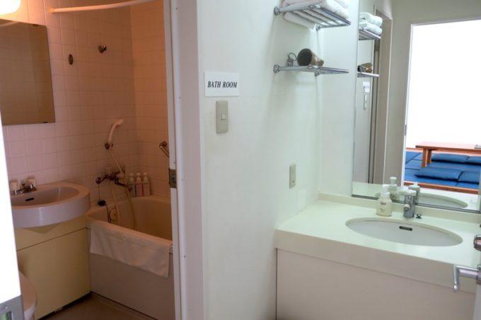 本部町「マリンピアザオキナワ」客室(和洋室)の水回り(洗面台、お風呂、トイレ)。