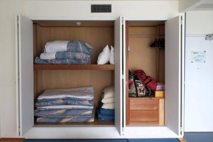 本部町「マリンピアザオキナワ」客室(和洋室)の押入れにはお布団や貴重品ボックスなどがあった。