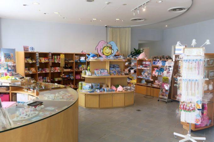 本部町「マリンピアザオキナワ」の売店。