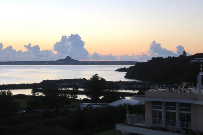 本部町「マリンピアザオキナワ」日の入り後の西海岸と、伊江島の眺め。