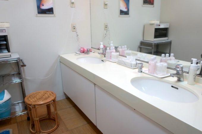本部町「マリンピアザオキナワ」大浴場「珊瑚湯」の洗面台。