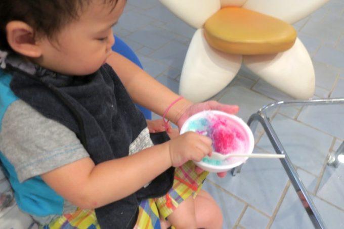 本部町「マリンピアザオキナワ」で行われていた無料のかき氷を食べるお子サマー。