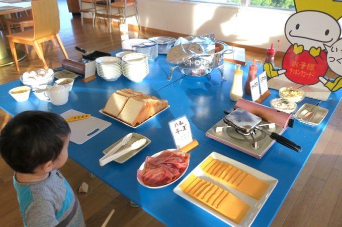 本部町「マリンピアザオキナワ」の朝食会場にはキッズ向けの食事コーナーがあった。