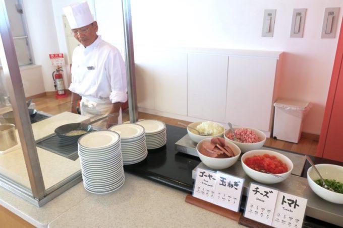 本部町「マリンピアザオキナワ」の朝食会場のライブキッチン。