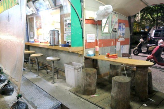 那覇・安里駅前にある「なかむら屋」の店内。屋台風の作りになっている。
