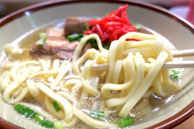 那覇・安里駅前「なかむら屋」の麺はストレートの平麺。