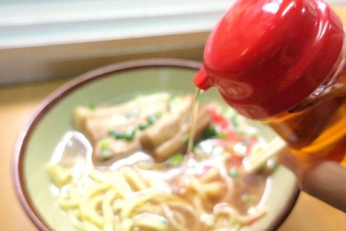 那覇・安里駅前「なかむら屋」のあっさりスープに、コーレーグスを入れて味変。