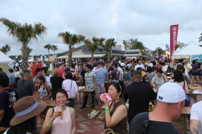 2017年10月14・15日に北谷フィッシャリーナで開催された「Okinawa Octoberfest(沖縄オクトーバーフェスト)」のスタンディング席(無料)。