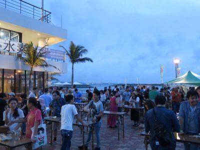 沖縄・北谷「Okinawa Octoberfest 2017(オキナワオクトーバーフェスト2017)」夕暮れ時のスタンディング席(無料)。