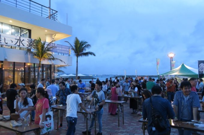 沖縄・北谷「Okinawa Octoberfest 2017(沖縄オクトーバーフェスト2017)」夕暮れ時のスタンディング席(無料)。