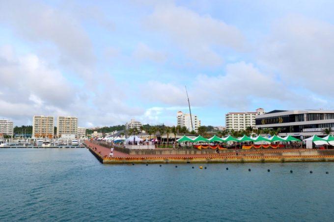 沖縄・北谷「Okinawa Octoberfest 2017(沖縄オクトーバーフェスト2017)」北谷沖から会場を眺める。