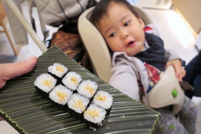 お子サマー用に納豆巻きも注文。いつもより小さくカットしていただいた。