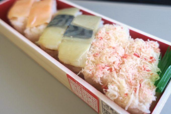新千歳空港「北の味覚 すず花 ゲート店」でテイクアウトした3色押し寿司(880円だったかな?)を上空でいただく。