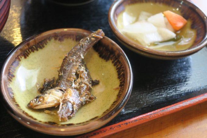 豊見城「よね食堂」のかつ丼についてきた小皿。