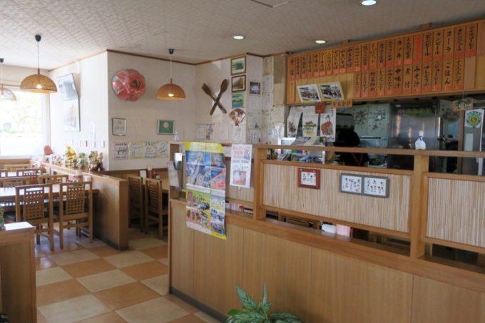 豊見城「よね食堂」の店内(テーブル席側)