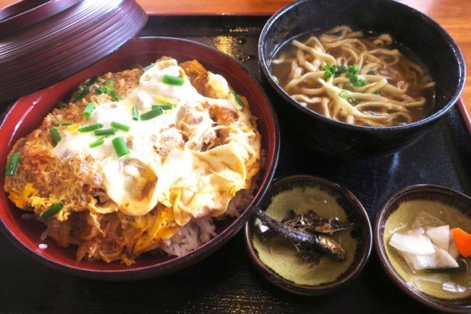 豊見城「よね食堂」で食べたかつ丼(そば付き、950円)