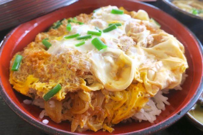 豊見城「よね食堂」のかつ丼は、野菜たっぷりの沖縄風ではなく、内地仕様のかつ丼だった。