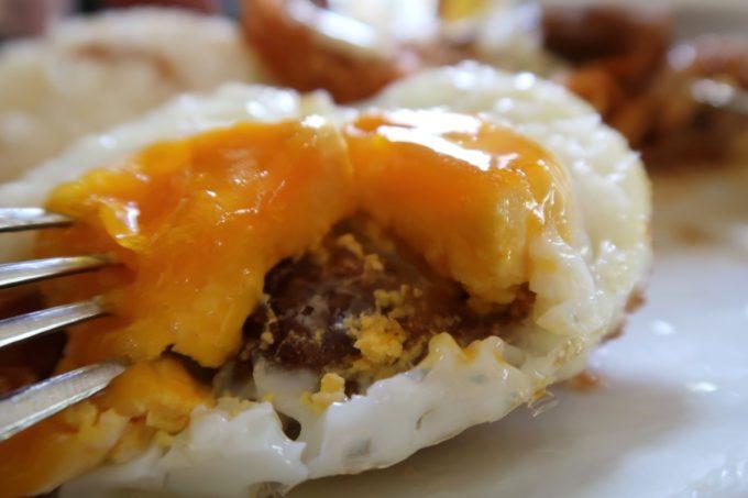 本部町「ドライブインレストランハワイ」Aランチの卵焼きを目玉焼きにチェンジしてもらった