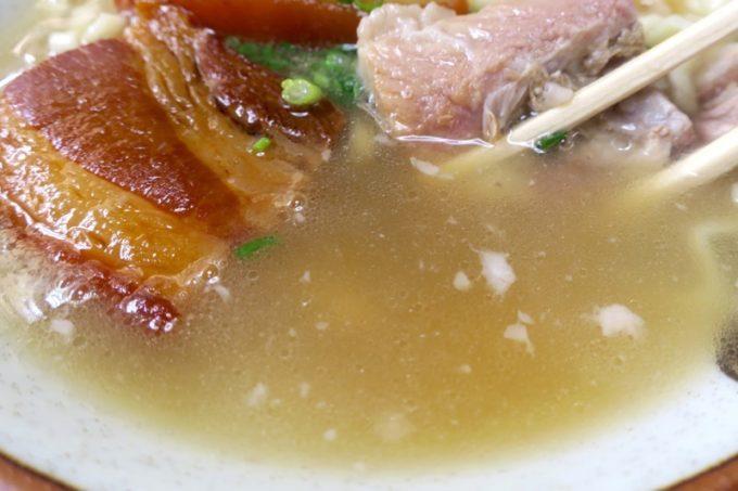 北谷「浜屋そば」あっさり豚骨系の塩味スープ。