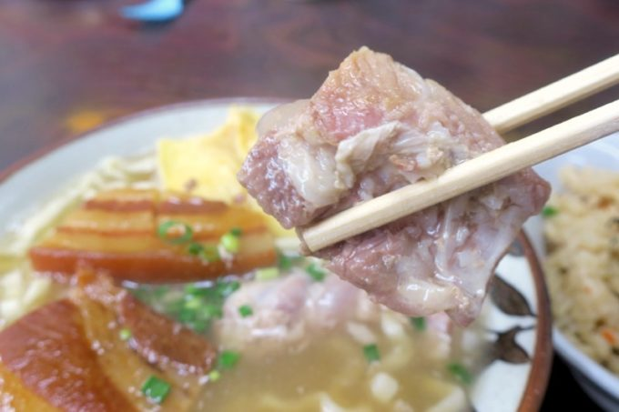 北谷「浜屋そば」の軟骨ソーキはトロトロに煮込まれている。