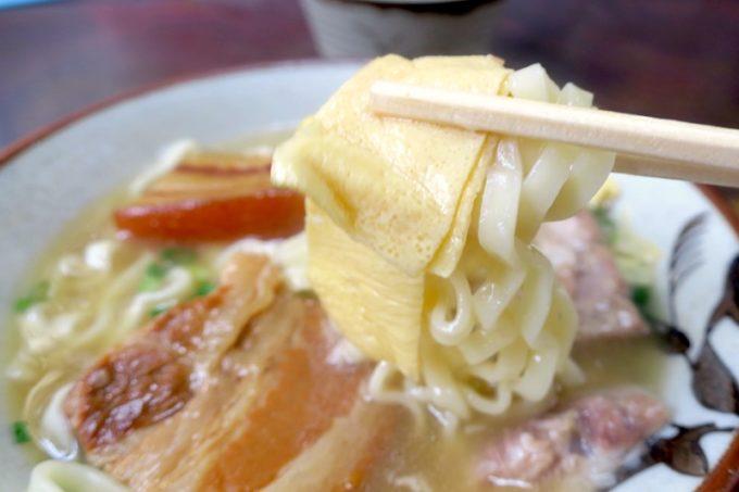 北谷「浜屋そば」の沖縄そば(大、680円)には薄焼き卵も乗せられている。