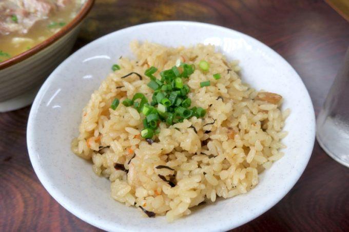 北谷「浜屋そば」のじゅーしー(沖縄風炊き込みご飯、150円)は豚の脂でコクが増す。