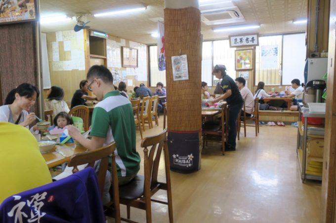 北谷「浜屋そば」の店内席(テーブル席と小上がり席)