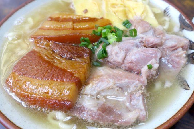 北谷「浜屋そば」の沖縄そば(大、680円)には三枚肉と軟骨ソーキが乗せられている。