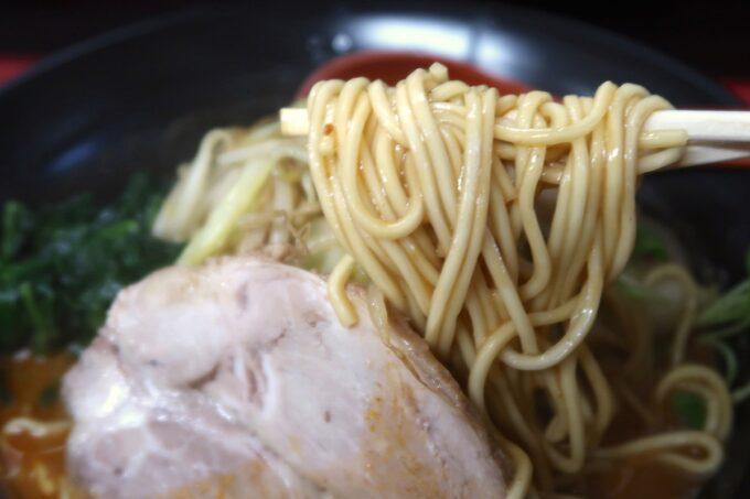 浦添「和風らぁめん はるや」辛胡麻味噌(750円)の中太ストレート麺