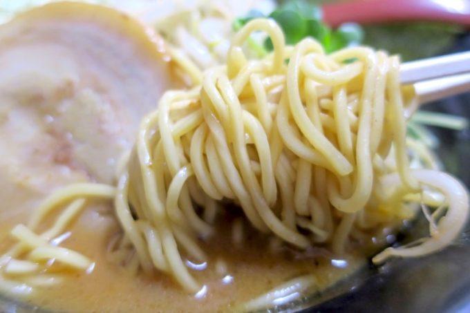 浦添「和風らぁめん はるや」の麺を箸上げ。