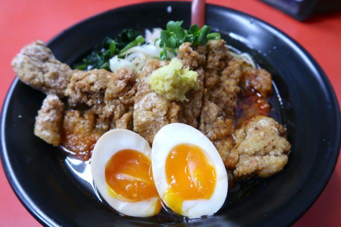 浦添「和風らぁめん はるや」限定のピリ辛醤油パーコー麺(900円)にトッピングで煮玉子(100円)を。