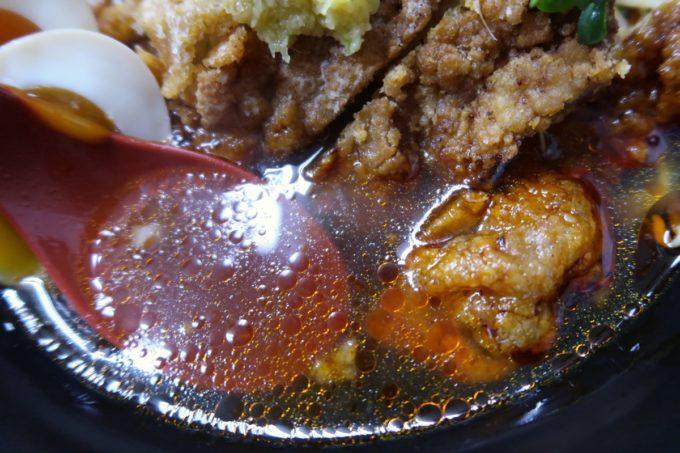 浦添「和風らぁめん はるや」限定のピリ辛醤油パーコー麺(900円)のスープが思いの外あっさり。