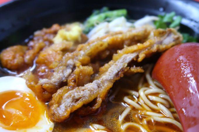 浦添「和風らぁめん はるや」限定のピリ辛醤油パーコー麺(900円)のお肉が五香粉などの風味でやたらと美味。