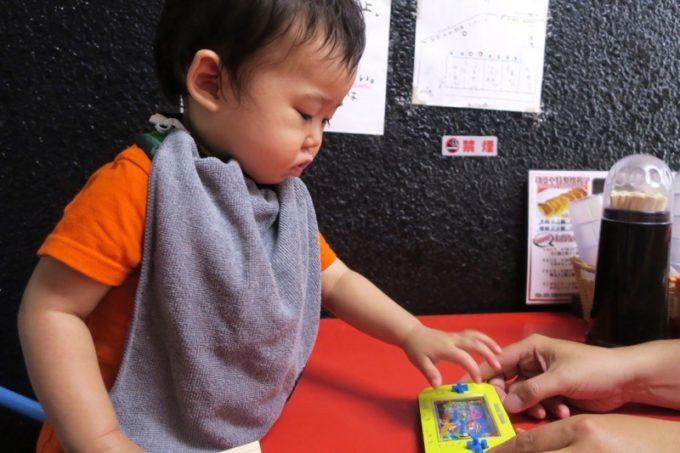 浦添「和風らぁめん はるや」にはキッズメニューはないが、こどもが飽きないおもちゃを貸してもらえる。