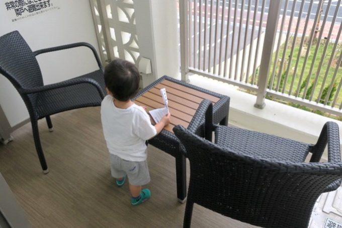 「ラ・ジェント・ホテル沖縄北谷」のベランダには、テールとチェアが出ている。